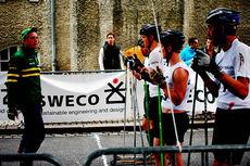 Konsentrerte seniorløpere får siste instruksjoner før start i Swecosprinten 2014. Arrangørfoto.