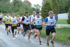 Her løper deltakere motbakkeløpet - Mosviksenderen Opp
