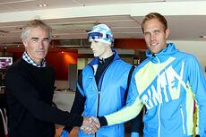 Leder av skigruppa i Kjelsås IL, Eivind Selvig (til venstre), utveksler håndtrykk med Trimtex sin Trond Iversen. Foto: Trimtex.