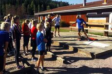 15 og 16-åringene instrueres av Hans Kristian Stadheim under den ene basistreningsøkten som ble gjennomført rundt 30 minutter før en rolig skiøkt, samt leik i skitunnelen. Foto: Lyn Ski.