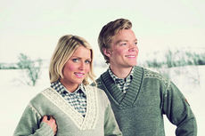 Therese Johaug og Eirik Brandsdal med VM-genseren 2015 i Falun. Foto: Dale of Norway.