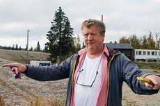 Erik Østli forklarer og gestikulerer for gjengen fra Nevlunghavn Bakeri og Conditori lengst sør i Vestfold. Skjermdump fra Youtube-kanalen til Roy Myrland / Langsveien.no.