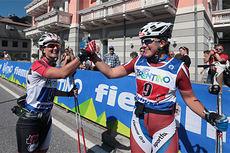 Gaia Vuerich (t.h.) og Giulia Stuerz jubler over seier i lagsprinten under siste runde av verdenscupen på rulleski 2014 i Val di Fiemme. Foto: Newspower.it.