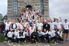 Glade og spreke morgenfugler på toppen av Slottsfjellet i Tønsberg som ledd i deres deltakelse ved IT-tinget og motbakkeløpet til inntekt for Røde Kors og prosjektet Digital Leksehjelp. Foto: Team Centric.