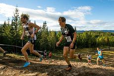 Sindre Buraas, lengst fra kamera, og Martin Johansson kniver om seieren i motbakkeløpet Oslos Bratteste 2014. Buraas vant med 9 sekunder. Foto: Aapo Laiho / Oslos Bratteste.