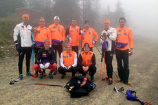 Sprintlandslaget, NSFs tre sprintrekrutter og trener Arild Monsen, samt landslagssjef Vidar Løfshus, samlet på toppen av alpinanlegget etter en tøff økt med elghufs. Foto: Hans Martin Nysæter/Trysil.