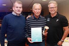 Roger Holte flankert av skipresident Erik Røste (til venstre) og Åge Skinstad. Foto: Claes-Tommy Herland/Norges Skiforbund.