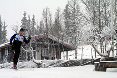 Tomasso fra Italia ute og tester skia på Spåtind torsdag. Foto: Spåtind Sport Hotel.