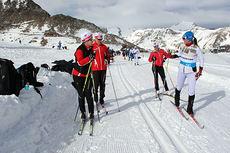Siri Halle fra Learn2Ski i aksjon på Val Senales, med tidligere landslagsløper Elin Nilsen bak som «observerer» Siri under instruksjon. Petter Northug gående i bakgrunnen. Foto: Learn2Ski.