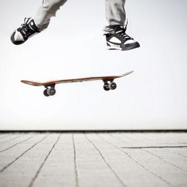 Person som står på skateboard - ungdom og fritid