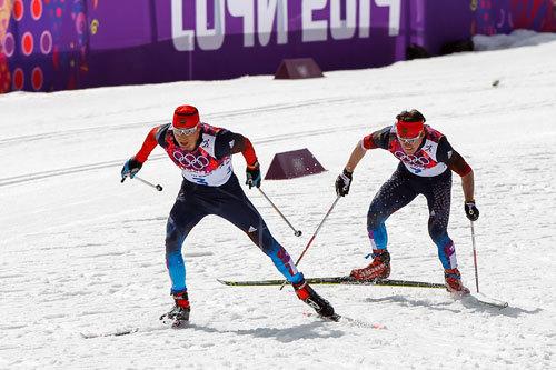 Alexander Legkov med Maxim Vylegzhanin i rygg underveis på femmila under OL i Sotsji 2014. De tok henholdsvis gull og sølv. Foto: NordicFocus.