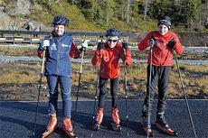 - Ski er livet! Det mener Ingrid Kulseth, Nils Ole Fuglem og Nikolai Valli, der de poserer foran den nye skiskytterarenaen. Den skal ha 31 standplasser når den blir ferdig. Foto: Torgeir Hofsmo / Selbyggen.