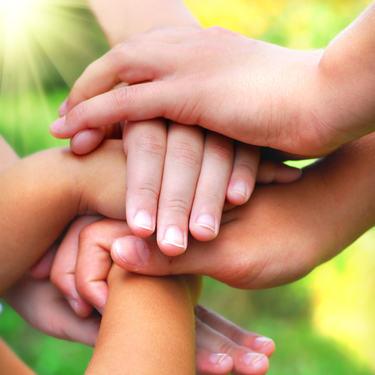 Illustrasjonsfoto barn holder hender