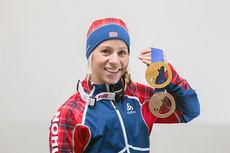 Tiril Eckhoff viser frem medaljesamlingen fra OL i Sotsji 2014. Foto: NordicFocus.