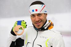 Robin Duvillard viser frem bronsemedaljen han tok for Frankrike i stafetten under OL i Sotsji 2014. Foto: NordicFocus.