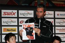 Thomas Alsgaard viser frem Team LeasePlan Go sitt nye blad under lagets pressekonferanse i forbindelse med sesongstarten 2014 i Beitosprinten. Foto: Erik Borg.