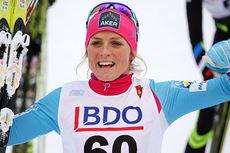 Therese Johaug jubler etter å ha vunnet vinterens første renn, 10 km klassisk i Beitosprinten 2014 fredag. Lørdag står samme distanse i fri teknikk på programmet. Foto: Geir Nilsen/Langrenn.com.