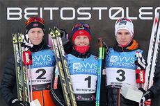 Seierspallen på herrenes 15 km fristil under Beitosprinten 2014. Fra venstre: Petter Eliassen (2. plass),  Martin Johnsrud Sundby (1) og Didrik Tønseth (3). Foto: Geir Nilsen/Langrenn.com.