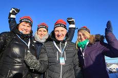 Rennsjef for Røros-NM, Terje Schjølberg var på plass under den nasjonale sesongåpningen på Beitostølen. Her er han fra venstre flankert av arrangørkomiteens Beate Schjølberg, Marie Bakås og Mari Aas. Foto: Erik Borg.