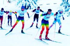 Fargerike løpere fra Hovden Skigymans i full fart i løypa under sesongstarten 2014-2015 i BUL-sprinten på Gålå. Foto: Øystein Slettemeås.