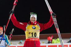 Emil Hegle Svendsen jubler etter å ha gått til suveren førsteplass på normaldistanse under verdenscupåpningen i Östersund tidlig i desember 2014. Foto: Manzoni/NordicFocus.