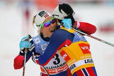 Marit Bjørgen omfavner Therese Johaug etter å ha spurtslått henne i kampen om totalseieren i minitouren på Lillehammer forrige sesong. Foto: Laiho/NordicFocus.