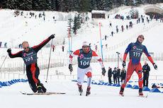 Her sikrer Tord Asle Gjerdalen (tv) seieren på 30 km under Skandinavisk Cup på Lillehammer i desember 2014. Hans Christer Holund (midten) tar 2. plassen foran Simen Hegstad Krüger. Foto: Erik Borg.