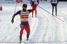 Her sklir Martin Johnsrud Sundby over målstreken til seier på herrenes 15 km klassisk i Davos 2014, og sørger dermed for den 200. seier til norske herrer i verdenscupen. Foto: Rauschendorfer/NordicFocus.