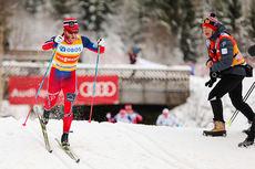 Martin Johnsrud Sundby blir sekundert frem av landslagstrener Steinar Mundal under verdenscupens mini-tour på Lillehammer i desember 2014. Foto: Laiho/NordicFocus.