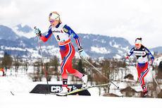 Therese Johaug (tv) og Heidi Weng jager på i jaktstarten under 2. etappe av Tour de Ski i Oberstdorf 2015. Foto: Felgenhauer/NordicFocus.