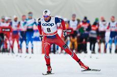Niklas Dyrhaug legger i vei på jaktstarten under femte etappe av Tour de Ski 2015 i Toblach. Han gikk seg opp fra åttende til femteplass. Foto: Felgenhauer/NordicFocus.