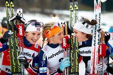 Marit Bjørgen (tv) med Therese Johaug (midten) og Heidi Weng under Tour de Ski sist vinter. Foto: Felgenhauer/NordicFocus.