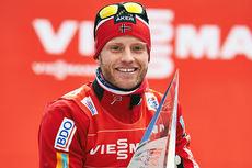 Martin Johnsrud Sundby med trofeet som beviser at han vant Tour de Ski 2015. Foto: Felgenhauer/NordicFocus.
