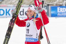 Tiril Eckhoff jubler for tredjeplass på fellesstarten under verdenscupen i Oberhof 2015. Foto: Manzoni/NordicFocus.