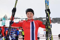 Martine Lorgen Øvrebust er en av de norske utøverne som deltar i Europeisk Ungdoms-OL. Her jubler hun etter å ha blitt juniornorgesmester på 5 km fri for kvinner 17 år i Mo i Rana 2014. Foto: Erik Borg.
