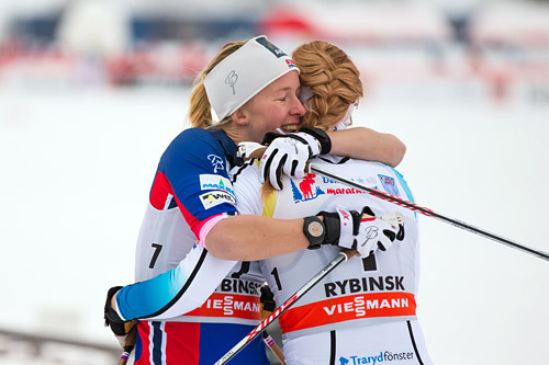Silje Øyre Slind endte på sjetteplass i fristilssprinten under verdenscupen i Rybinsk 2015. Her gratulerer hun vinner Jennie Öberg. Foto: Laiho/NordicFocus.
