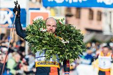 Tord Asle Gjerdalen ble kronet med kransen som vinner av Marcialonga 2015 etter en rå avslutning. Foto: Magnus Östh/Swix Ski Classics.