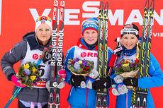Martine Ek Hagen (t.v.) på verdenscup-pallen for første gang med sin andreplass i Rybinsk 2015. Yulia Tchekaleva (midten) vant fellesstarten med skibytte, mens Riita-Liisa Roponen ble nummer tre. Foto: Laiho/NordicFocus.