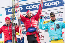 Anders Aukland (t.v.) tok over den gule trøya fra Øystein Pølsa Pettersen (t.h.) etter at de to ble henholdsvis 2 og 3 i Marcialonga 2015. Mannen i midten, Tord Asle Gjerdalen, gikk helt til topps i rennet. Foto: Östh/NordicFocus.
