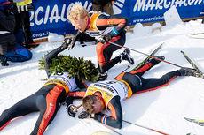 En sliten Tord Asle Gjerdalen gratuleres med seieren i Marcialonga 2015 av teamkompis Jens Eriksson (4.-plass). Ved hans side ligger Anders Aukland (2.-plass). Foto: Östh/NordicFocus.