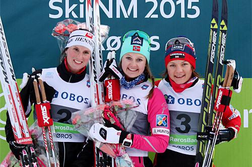Seierspallen i klassisk sprint under NM på Røros 2015. Fra venstre Kari Vikhagen Gjeitnes (2. plass), Ingvild Flugstad Østberg (1) og Maiken Caspersen Falla (3). Foto: Geir Nilsen/Langrenn.com.