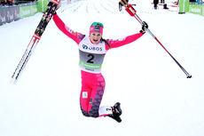 Ingvild Flugstad Østberg gjør et seiershopp etter sin topplassering på sprinten i klassisk stil under Røros-NM 2015. Foto: Geir Nilsen/Langrenn.com.