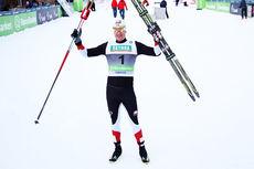 Timo Bakken strekker armene i været etter sin topplassering på sprinten i klassisk stil under Røros-NM 2015. Foto: Geir Nilsen/Langrenn.com.