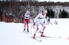 Kari Vikhagen Gjeitnes med Heidi Weng på hjul i et av heatene under NM-sprinten på Røros 2015. I mål ble de i nevnt rekkefølge nummer 2 og 4. Foto: Geir Nilsen/Langrenn.com.