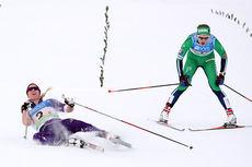 Silje Øyre Slind, til venstre, holdt akkurat ryggen fri og ga Oppdal IL gullet i NM-stafetten 2015 på Røros. Den jagende var IL Hemings Astrid Uhrenholdt Jacobsen. Foto: Geir Nilsen/Langrenn.com.