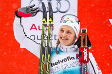 Stina Nilsson på seierspallen under verdenscupen i Otepää 2015. Foto: Laiho/NordicFoucs.