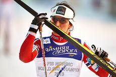 Marit Bjørgen kysser vinnerskia fra VM-sprinten i Falun 2015. Foto: NordicFocus.