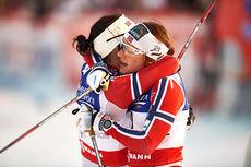 Maiken Caspersen Falla og Marit Bjørgen omfavner hverandre etter å ha tatt henholdsvis bronse og gull på VM-sprinten i Falun 2015. Foto: NordicFocus.