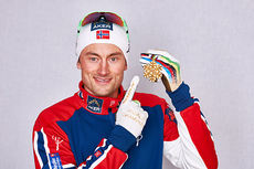 Petter Northug med gullmedaljen fra VM-sprinten 2015 i Falun. Foto: NordicFocus.