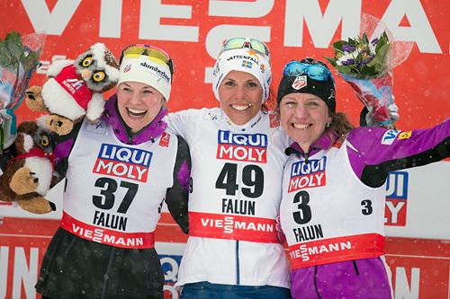 De tre blideste damene etter 10 kilometer fristil i snøværet under VM i Falun 2015. Fra venstre: Jessica Diggins (2.-plass), Charlotte Kalla (1) og Caitlin Gregg (3). Foto: NordicFocus.